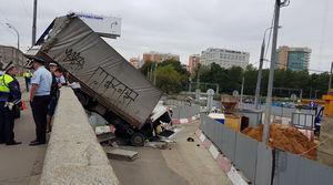 عکس/ سقوط کامیون از پلی در روسیه