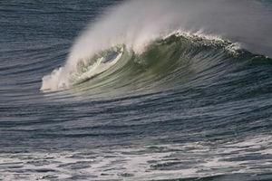 فیلم/ تولید برق از امواج دریا