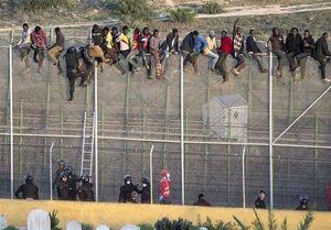 یورش ۸۰۰ مهاجر آفریقایی به مرزهای اسپانیا