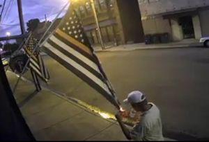 فیلم/ آتش زدن پرچم آمریکا در یکی از ایالات این کشور