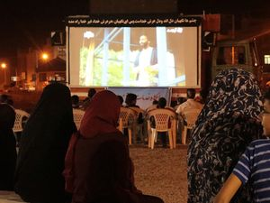 جوانانی که با کامیون فیلم نمایش میدهند