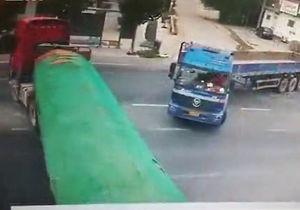 نصف شدن یک تریلی در تصادف با کامیون