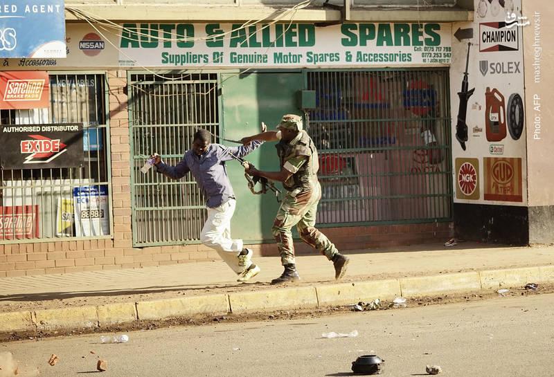 دستکم یک کشته در برخوردهای خشونتآمیز پلیس با مخالفان نتایج انتخابات زیمبابوه گزارش شده است. منانگاوا مسئول دولت انتقالی پس از برکناری رابرت موگابه بود که خود در انتخابات شرکت کرد و به عنوان پیوز انتخابات اعلام شد.