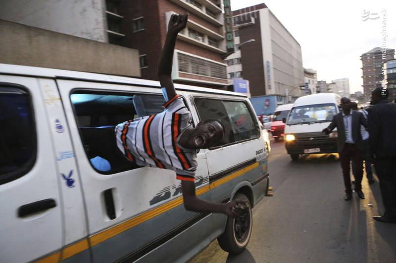 جشن هواداران نامزد مخالف دولت در زیمبابوه پیش از اعلام نتایج انتخابات که نشان می داد او شکست خورده است.