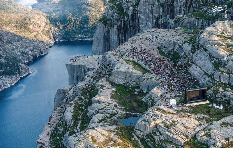 تماشای اکران افتتاحیه یک فیلم در صخرههای غرب نروژ, جایی که بخشهایی از آن فیلمبرداری شده است.