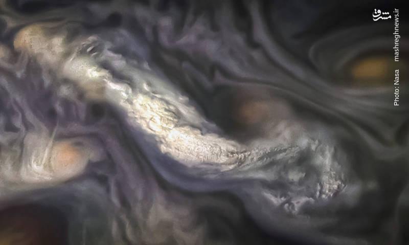 تصاویر واقعی از ابرهایی زیبا به عمق حدود 3 هزار کیلومتر در «کمربند شمال شمال» سیاره مشتری که توسط فضاپیمای ژونو برداشته شده است.