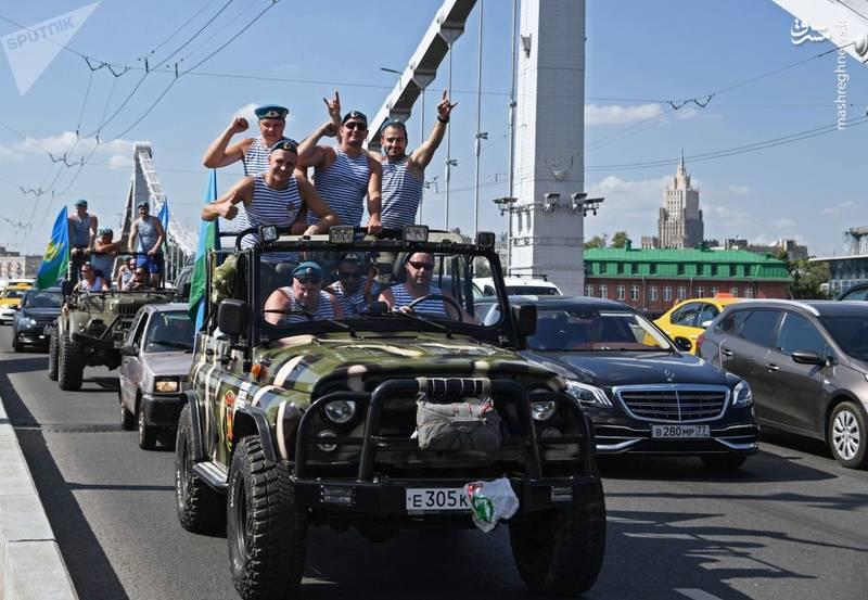 جشن نیروهای هوابرد روسیه روی پل کریمه که پس از الحاق شبه جزیره به سرزمین اصلی روسیه ساخته شد.