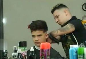 فیلم/ توانایی فوق العاده یک آرایشگر معلول!