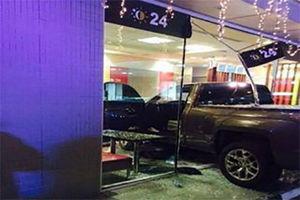 فیلم/ ورود وحشتناک راننده زن به داخل فروشگاه!