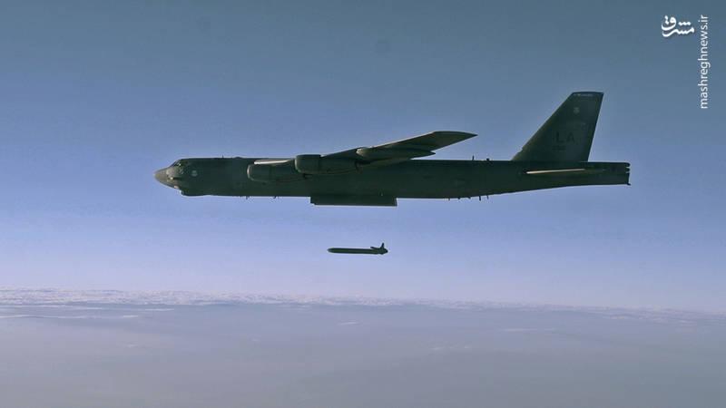 موشک AGM-86 در حال پرتاب از بمب افکن B-52