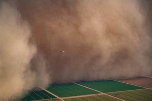 عکسبرداری از طوفان بزرگ شن در هلیکوپتر +عکس