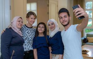 عکس/ دیدار همسر بشار اسد با خانواده شهدای سوری