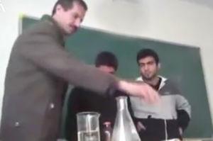فیلم/ انفجار آزمایش معلم شیمی سر کلاس!