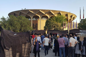 تئاتر شهر به تسخیر دستفروشان در آمد