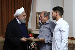 """عکس/ حضور روحانی در منزل خلبان""""غلامرضا یزد"""""""