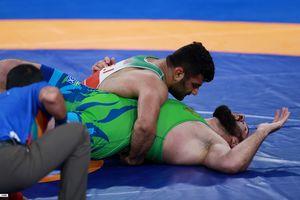 عکس/ لحظه ای که علیرضا کریمی قهرمان المپیکی را ضربه کرد
