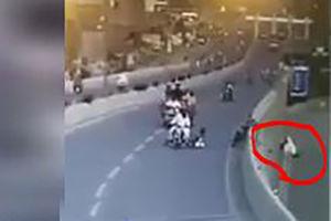 فیلم/ سقوط مرگبار یک موتورسوار از روی پل!