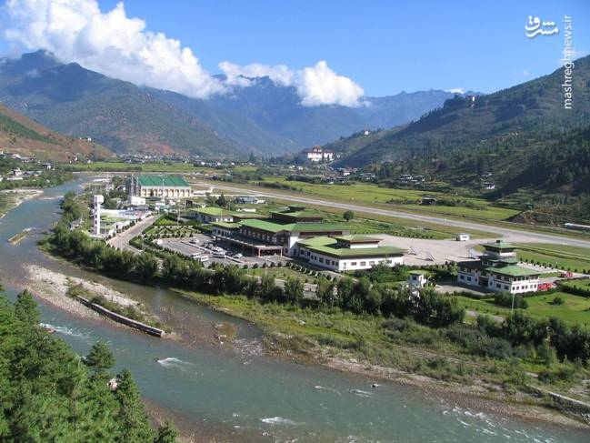 فرودگاه پارو یک فرودگاه همگانی با یک باند فرود آسفالت دارد و طول باند آن 1964 متر است. این فرودگاه در کشور بوتان قرار دارد و در ارتفاع 2230 متری از سطح دریا واقع شده است.