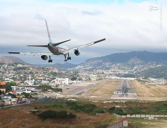 فرودگاه بینالمللی تونکنتین یک فرودگاه نظامی و همگانی مسافربری با باند فرود آسفالت و طول باند آن 2021 متر است. این فرودگاه در شهر تگوسیگالپا کشور هندوراس قرار دارد و در ارتفاع 1005 متری از سطح دریا واقع شده است.