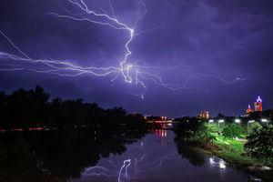 تصویری خیره کننده از رعد و برق