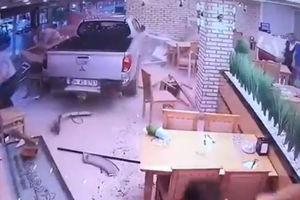 فیلم/ ورود مشتری ناخوانده داخل رستوران!