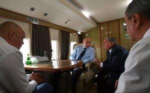 میزکار پوتین در هواپیما