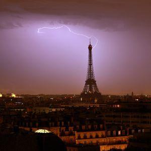 تصاویر خیرهکننده رعدوبرق در آسمان پاریس