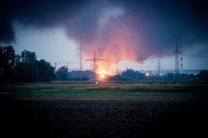 عکس/ انفجار و آتش سوزی پالایشگاهی در آلمان