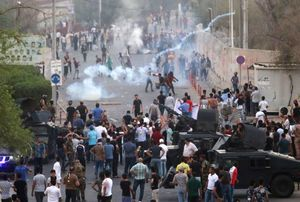 یورش معترضان به مقر استانداری بصره