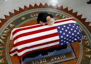 مرگ مک کین سناتور آمریکایی و رئیس کمیته نیروهای مسلح سنا بر اثر سرطان مغز. وی که یک جمهوری خواه است وصیت کرد ترامپ در مراسم ترحیمش شرکت نکند
