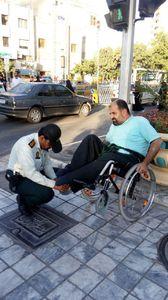 کمک مامور پلیس به یک فرد معلول +عکس