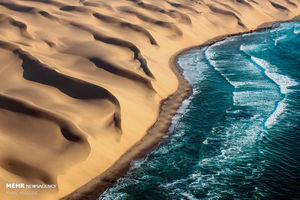 چشم انداز زیبای تقابل صحرا و دریا