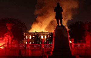 عکس/ موزه ملی ۲۰۰ ساله در آتش سوخت