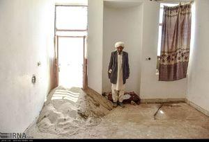 عکس/ جمع آوری شن های روان در سیستان