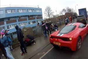 فیلم/ تصادف وحشتناک ماشین با عابران پیاده!