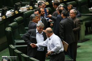 عکس/ حرکت عجیب قاضیپور در مجلس!