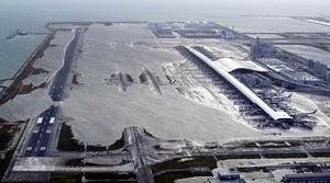 فرودگاه ژاپن در محاصره آب
