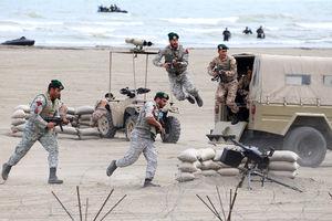 عکس/ تمرین تکاوران نیروی دریایی در حضور رهبر انقلاب