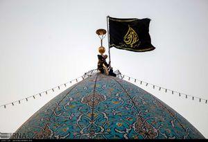 مراسم تعویض پرچم گنبد حرم شاهچراغ (ع) در آستانه ماه محرم