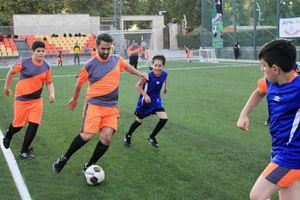"""فیلم/ وقتی""""وزیر جوان""""با کارمندانش فوتبال بازی میکند!"""