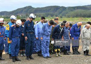 عکس/ ادای احترام نخست وزیر ژاپن به قربانیان زلزله