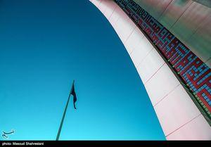 اهتزاز بزرگترین پرچم عزای حسینی در تهران +عکس
