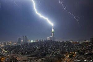 فیلم/ لحظه برخورد صاعقه به برج خلیفه