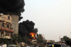 عکس/ آتش سوزی گسترده یک کارخانه در دمشق
