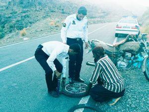 کمک پلیس راهور به به یک راکب موتور در جیرفت