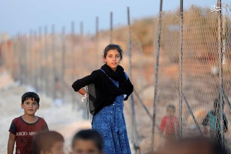کودکان سوری همچنان در حوالی ادلب از خانههای خود آواره میشوند.