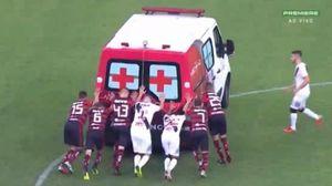 خراب شدن آمبولانس در وسط زمین فوتبال