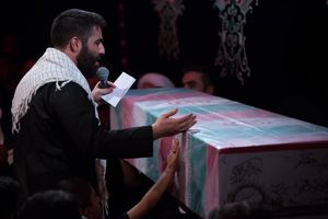 فیلم/ مداحی طاهری در کنار تابوت شهید گمنام