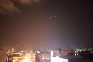 عکس/ مقابله پدافند هوایی سوریه با حملات موشکی اسرائیل