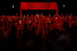 مراسم عزادارى شب هشتم محرّم هيأت راية العباس ( عليه السلام ) با مـداحى حــاج محمود كريمى